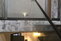 Открытая лестница дуб, ограждение стекло, нержавейка
