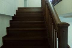 Закрытая лестница дуб с забежными ступенями и ковровым покрытием